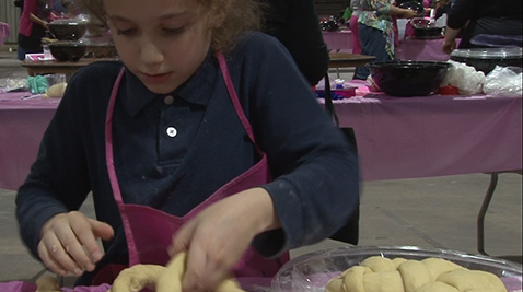 4500 people participate in the Great Challah Bake